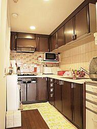 現状L型キッチンです。対面型のキッチンに変更などご要望に合わせ女性デザイナーがご提案致します。H29.6月撮影