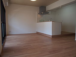 家事をしながら子供の様子がわかる対面式キッチンのあるリビング。