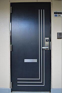 マンション(建物一部)-横浜市戸塚区原宿4丁目 スタイリッシュなデザインの玄関扉。