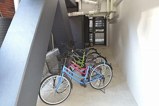 マンション(建物全部)-川崎市川崎区小川町 雨風にさらされぬよう屋根付きの駐輪場も完備