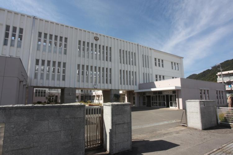 白石中学校 約480m(徒歩6分)