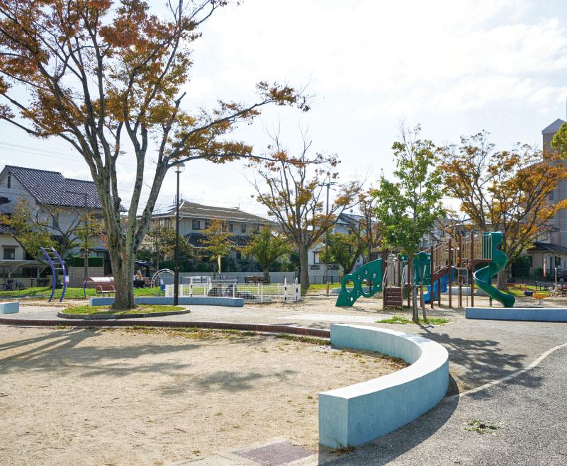 小田部西公園 約300m(徒歩4分)