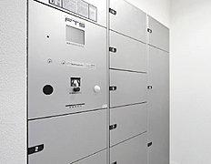 エントランスのメールコーナーには、不在時や夜間でも24時間宅配物を受け取れる宅配ボックスを設置しています。(参考写真)