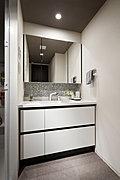 収納スペースが広く、すっきり使えるパウダールーム