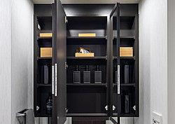 鏡裏や洗面台の下部には洗面具等の収納に便利な収納スペースを設け、すっきりとまとめることができます。