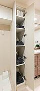 浴室、洗面洗濯室で使うリネン類や洗剤などを収納できる物入を設置しています。目的に合わせた収納ですっきりと整理ができます。※プランによって形状が異なります。