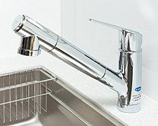 水道水に含まれる残留塩素を濾過する蛇口一体型浄水器の混合水栓。ホースを伸ばして使えるので、シンクを洗うときなどにも便利です。※浄水カートリッジは定期的に交換が必要です。(有償)
