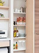 キッチンには、使い勝手のよい食品庫をご用意。まとめ買いの食品や缶詰、調味料などの収納に活躍します。