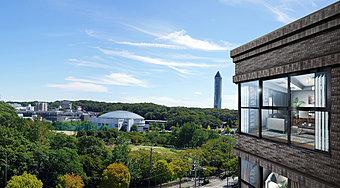 外観完成予想図と現地8階相当の高さより南方面を望む眺望写真