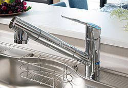 シャワーヘッドが引き出せるので、シンクのお掃除が簡単。浄水器一体型で、手元のボタンで浄水、原水の切り替えが可能です。