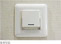 バッテリー内臓の壁埋込型保安灯を設置。フットライトとして足元を照らすだけでなく、停電時には自動点灯して安全を確保。取り外して懐中電灯としても使えます。
