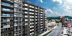 街に映える誇らしきデザインレジデンス。※環境写真は現地周辺を撮影(2019年7月・6階相当)したものにCG加工をしており、実際とは異なります。