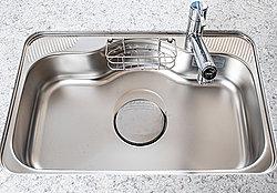 大きな食器も洗いやすいワイドシンク。夜間の洗い物時などに気になる流水音も抑制します。