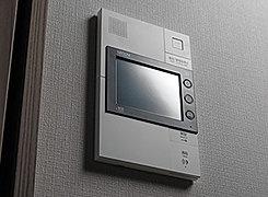 オートロック解除機能付のインターホン親機を住戸内に設置しました。エントランスで画像と音声、玄関前では音声で来訪者を確認でき、録音機能を備えています。※録音機能のみとなります。