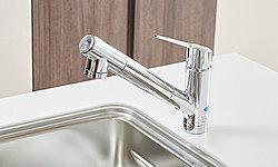 手元で浄水に切り替えができます。引出式のシャワーヘッドでシンクのお手入れにも便利です。※カートリッジの交換は有償です。