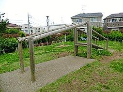 現地と隣接しているため、いつでも気軽に立ち寄ることができる公園です。アスレチック遊具と健康遊具、柔らかな原っぱが広がり、ご家族皆さまでお楽しみいただけるはずです