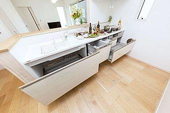 【設備の嬉しいシステムキッチン】キッチンワークを軽減するビルトイン型の食器洗い乾燥機を設置。手洗いに比べて水道量も軽減、高温洗浄、乾燥で衛生的です。手荒れの気になるママや洗い物係のパパにも嬉しい設備です。また、見た目も美しい、人工大理石のワークトップとシンクは、傷や汚れにも強いです。浄水器一体型シャワー水栓で、シンク内の掃除もラクラク。