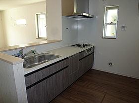設備充実、食器乾燥機付対面システムキッチン(4号棟写真)