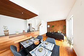 開放的な対面スタイルのキッチン。