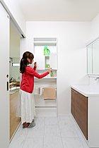 洗面ニッチにはタオルハンガー等、使いやすい工夫(当社施工例)
