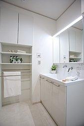 広く明るく照らす「ワイドLED照明」。心地よい肌触りの「エアインシャワー」で、省エネと節水をしながら快適な朝の時間
