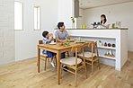 家族との会話が弾む対面式キッチン