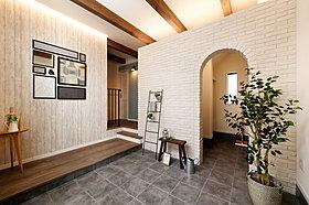 広々とした玄関のアーチの先にはシューズクロークを設置。