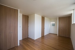 B棟:主寝室と洋室を併せて10.8帖の広々空間。ライフスタイルに合わせた多目的利用を可能にします。