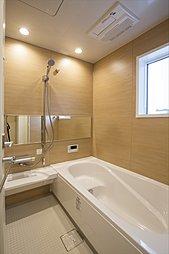 浴室は、暖房乾燥機つきなので暖かく快適な入浴が愉しめます。また、夜にお洗濯する方でもスッキリ乾かせます(施工例写真)