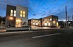 ライトアングルで構成された造形が洗練された街並みにアクセントを与えます。