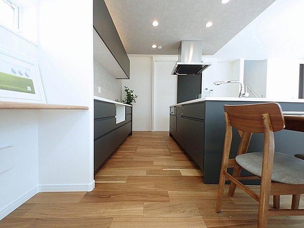 (施工例)リビングダイニング全体を見渡せるように配置された、「アイランドキッチン」が印象的なキッチンスペース。家族と会話をしながら、楽しく家事ができるようになっています。設備は、家事の負担が軽減される