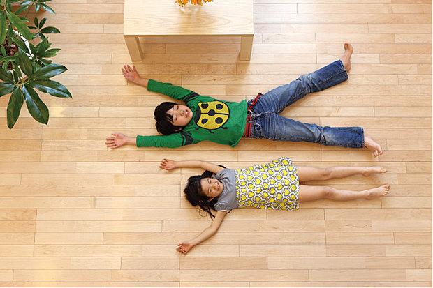 【足元ポカポカ「ガス温水式床暖房」】温水式床暖房は、ハウスダストが舞い上がらず、低温やけどの心配も少ないのでお子様のいるご家庭にも安心です。ガス料金がお得になるプラン。外出先からスマホでオンオフできるので帰宅前にお部屋やを暖めておけます