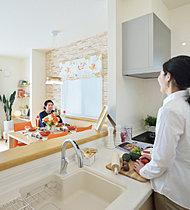 フレンチスタイルのアーチデザインと石積みの壁が印象的な家