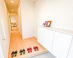 WICの奥にカウンターを設けたハイドストレージ。収納だけでなく、コレクションを飾ったり、ドレスルームとして使用するなど、アイデアで使い方が多彩に広がります。(34号棟・2018年5月撮影)