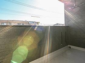キッチンの背面にはパントリースペース。光や風もここから。
