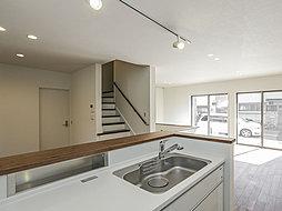 人気のカウンターキッチン。手をのばしやすい場所に、調味料などを置ける便利な収納スペースが設けられています。(1号棟)