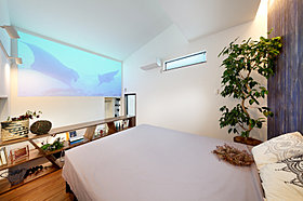 大画面のシアターで、のんびりとした時間を過ごせる主寝室。