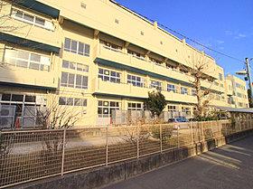 市川市立第六中学校まで約80m、徒歩1分です。