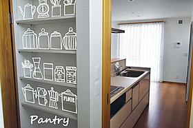 キッチン前にも収納スペースを確保
