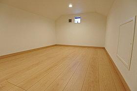 収納だけでなく趣味の部屋としても使える固定階段付小屋裏収納。