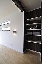 主寝室の壁面には利便性のある棚を設置。(5号地)