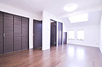 クローゼットを贅沢に設置して収容性をかなえた広い洋室。(K号地)