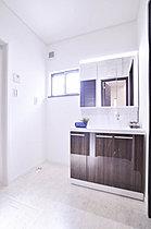 自然光を取り入れて衛生面を考慮したサニタリールーム。(K号地