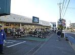 FUJIスーパー松が丘店(現地より約200m)お買い物も便利です。