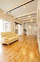 シンプルなデザインで統一した暖かみのある空間デザイン