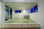 窓の配置や吊収納を設置し、スッキリとした印象の和室。