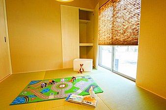 お子様の遊び場&お昼寝スペース、ママの家事室など用途無限大の和室。また、リラックスのための場所として、くつろぎと癒しの時間を楽しみたいときにもお使いください。たっぷりの収納スペースもご用意しています。