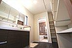 高級感ある1200mm幅の洗面化粧台を採用しました。写真の右側は幅広で可動式の棚になっており、収納力に優れます