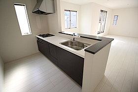 嬉しい食洗機付!収納力豊富なシステムキッチンをご用意。