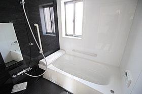 窓付きのバスルームは、明るく換気環境良好!浴室乾燥機付。